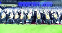 خريجو جامعة الملك فيصل بعد تسلمهم شهاداتهم. (واس)