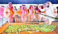 الأمير فيصل بن بندر مطلعا على مجسم لكامل المشروع. (عكاظ)