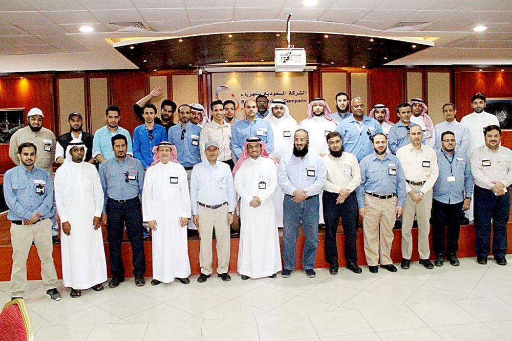 محرر «عكاظ» في لقطة جماعية مع مسؤولين ومهندسين في شركة الكهرباء بالمدينة. (تصوير: حسام كريدي)