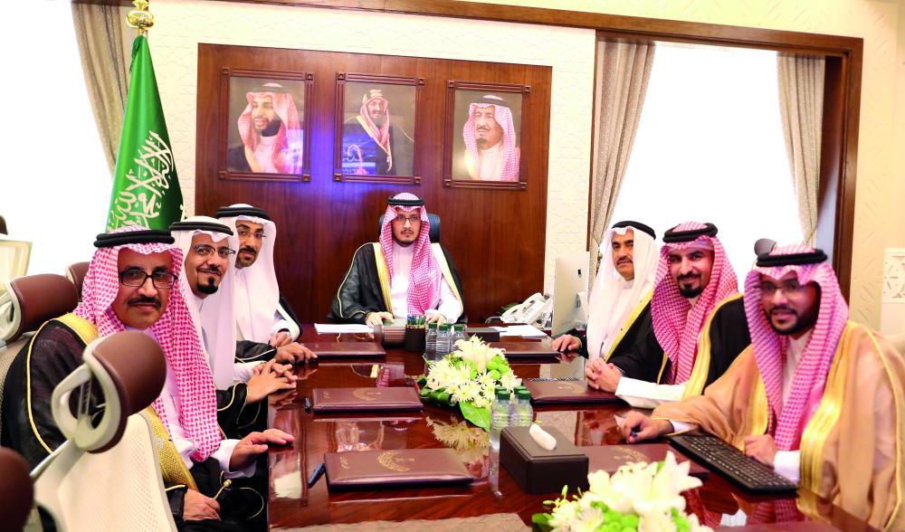نائب أمير المنطقة الشرقية خلال اجتماع هيئة الربط الكهربائي. (عكاظ)