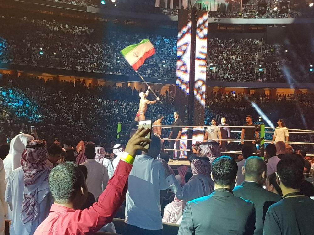 «علم إيران» يستفز حضور «WWE».. ومصارعون سعوديون يجلدون نظراءهم الإيرانيين