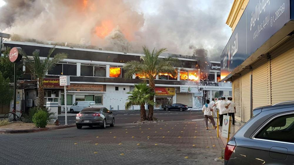 صور | جدة: فرق «الدفاع المدني» تبحث عن مفقود في حريق الحمراء