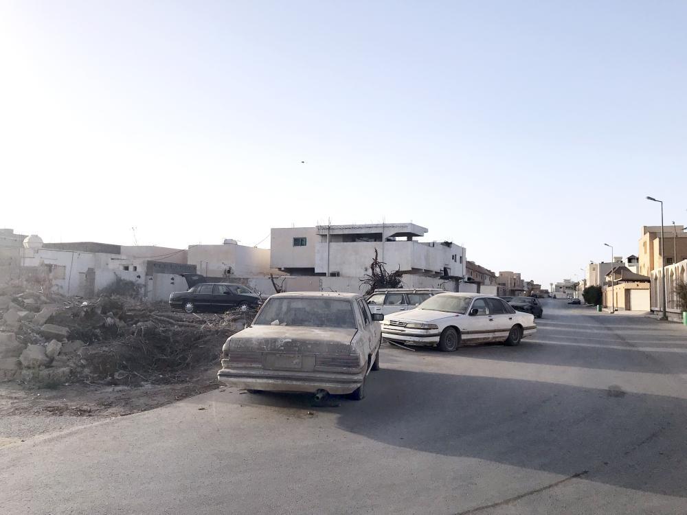 سيارات خربة حول المنطقة الصناعية وسط بريدة.  (عكاظ)