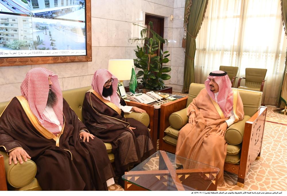 الأمير فيصل بن بندر مستقبلا تركي الشليل. (عكاظ)