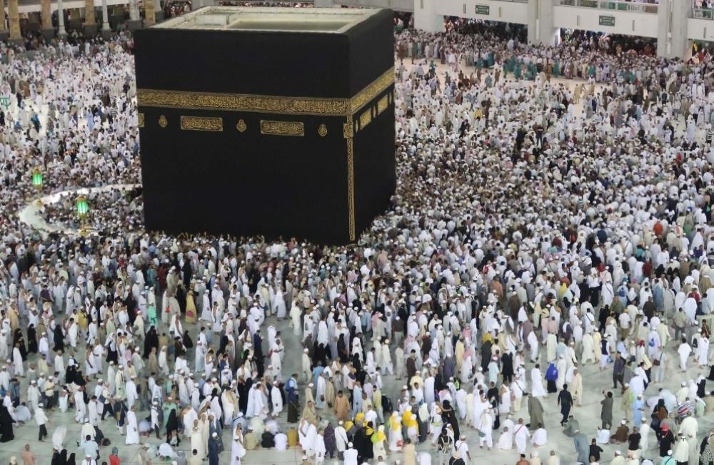 جموع المصلين يؤدون صلاة أول تراويح بالمسجد الحرام