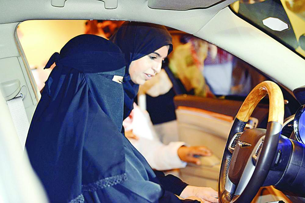 نائبة وزيرة العمل د. تماضر الرماح في معرض السيارات النسائي.   (عكاظ)