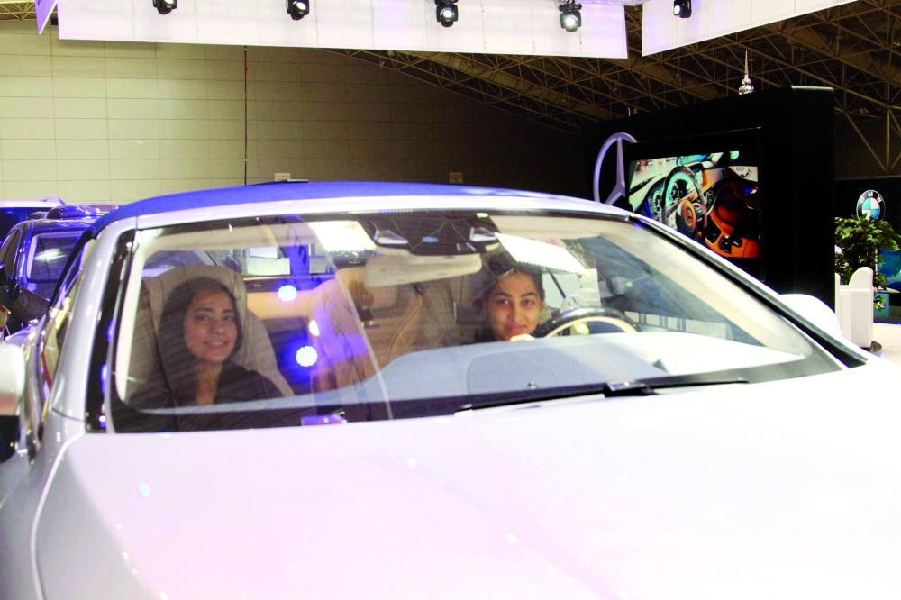 سيدات يجربن القيادة بنظام محاكاة الواقع.