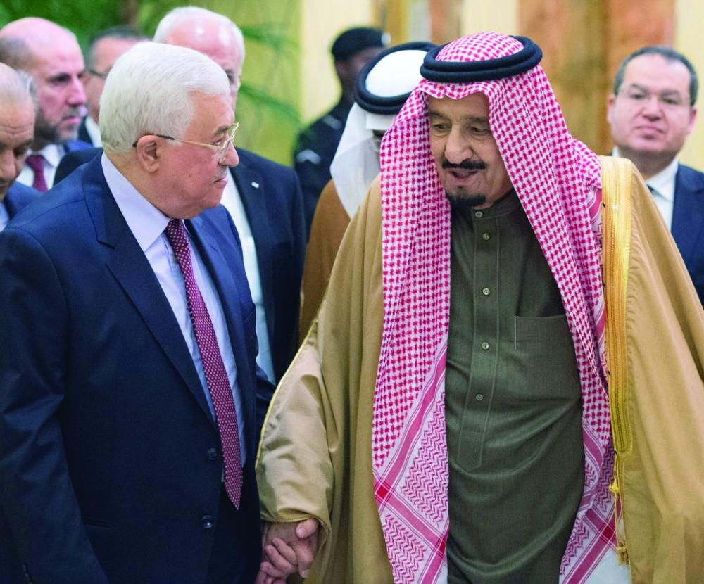 الملك سلمان والرئيس عباس في لقاء سابق.