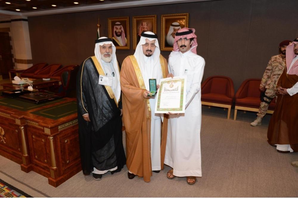 أمير عسير يقلد وسام الملك عبدالعزيز لمواطن تبرع بجزء من كبده لوالده