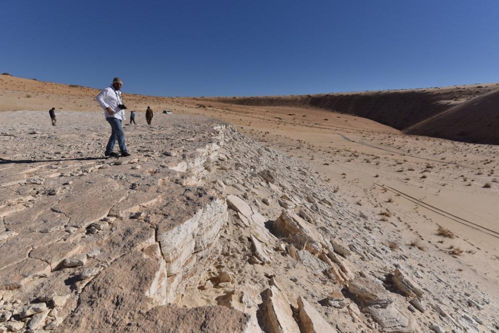 أوساط بحثية عالمية تتفاعل مع كشف أقدام إنسان في صحراء النفود