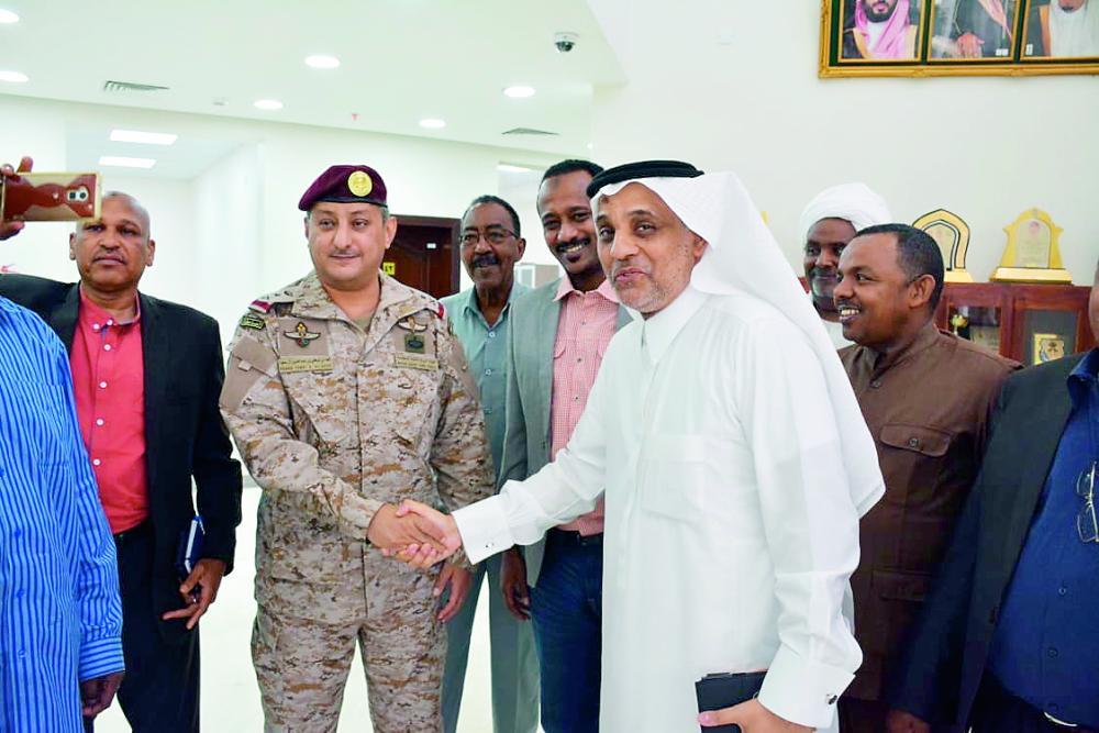 الزميل فهيم وعدد من الصحفيين السودانيين خلال لقائهم قائد القوات المشتركة.
