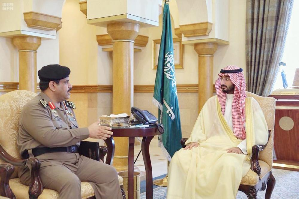 الأمير عبدالله بن بندر مستقبلاً العميد ماجد الدويش. (عكاظ)