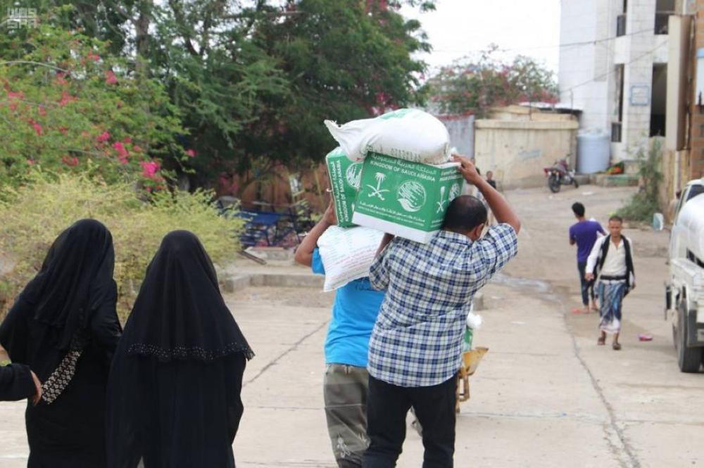مركز الملك سلمان يوزع 900 سلة غذائية في مديرية ردمان