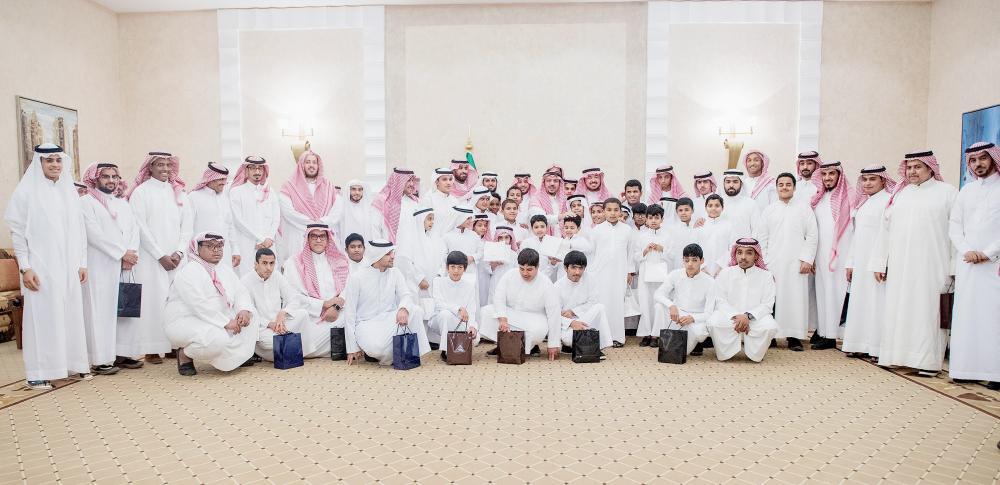 الأمير فيصل بن مشعل متوسطا الأيتام في حفلة الإفطار. (عكاظ)