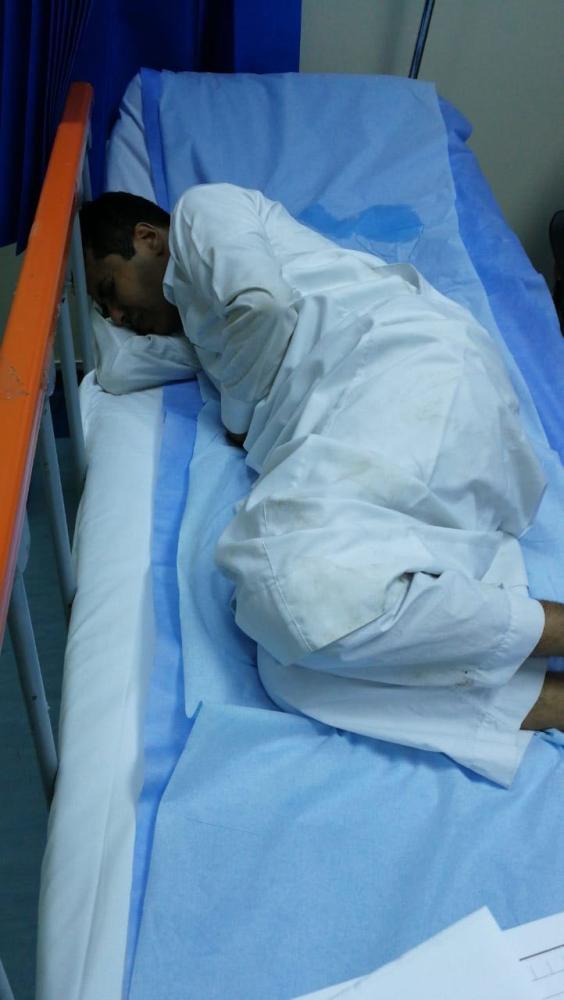 إبراهيم زولي على السرير الأبيض. (عكاظ)