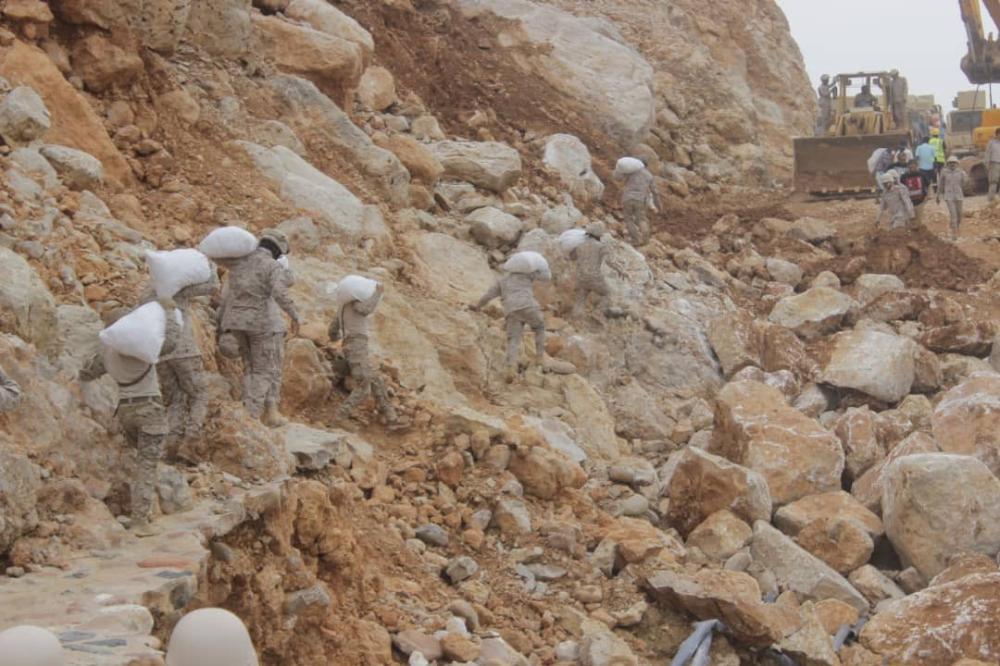 القوات السعودية تقدم المساعدات لمنكوبي سقطرى