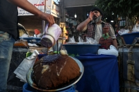 بائع مشروبات رمضانية يصيح في السوق بحثاً عن الزبائن.