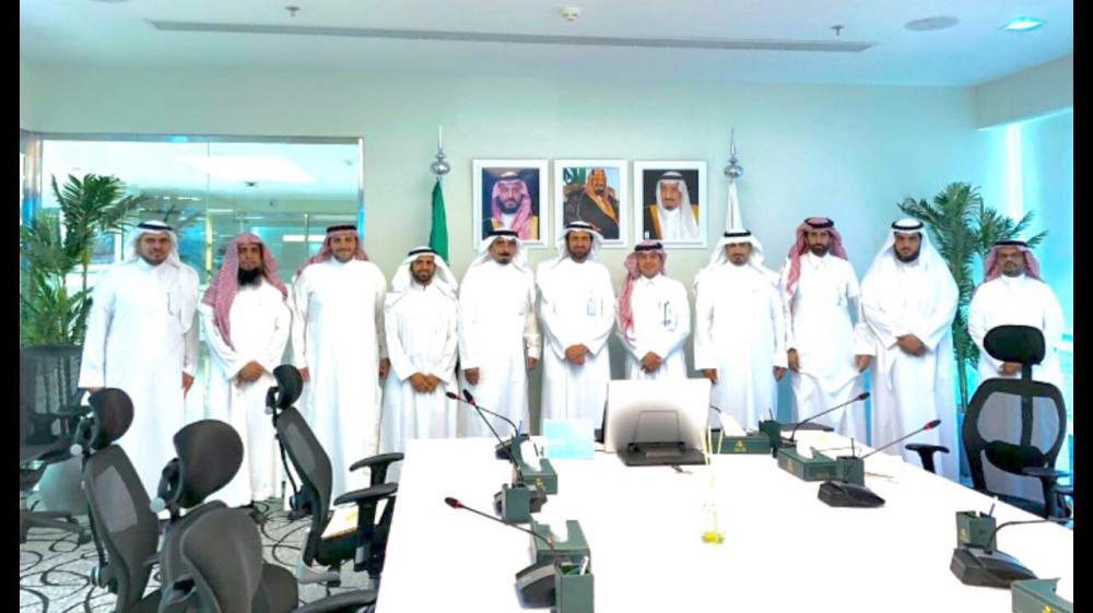 وزير الصحة مع أعضاء جمعية أجواد. (عكاظ)
