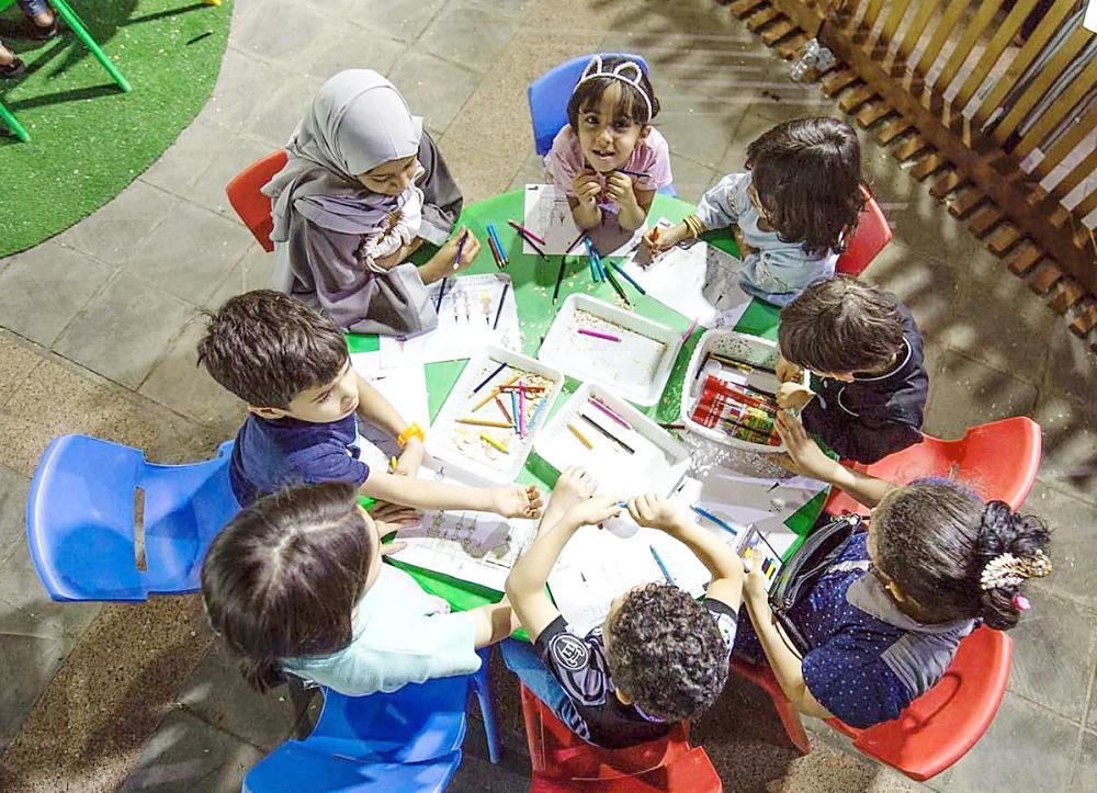 الأطفال يشاركون في فعاليات الجادة. (عكاظ)