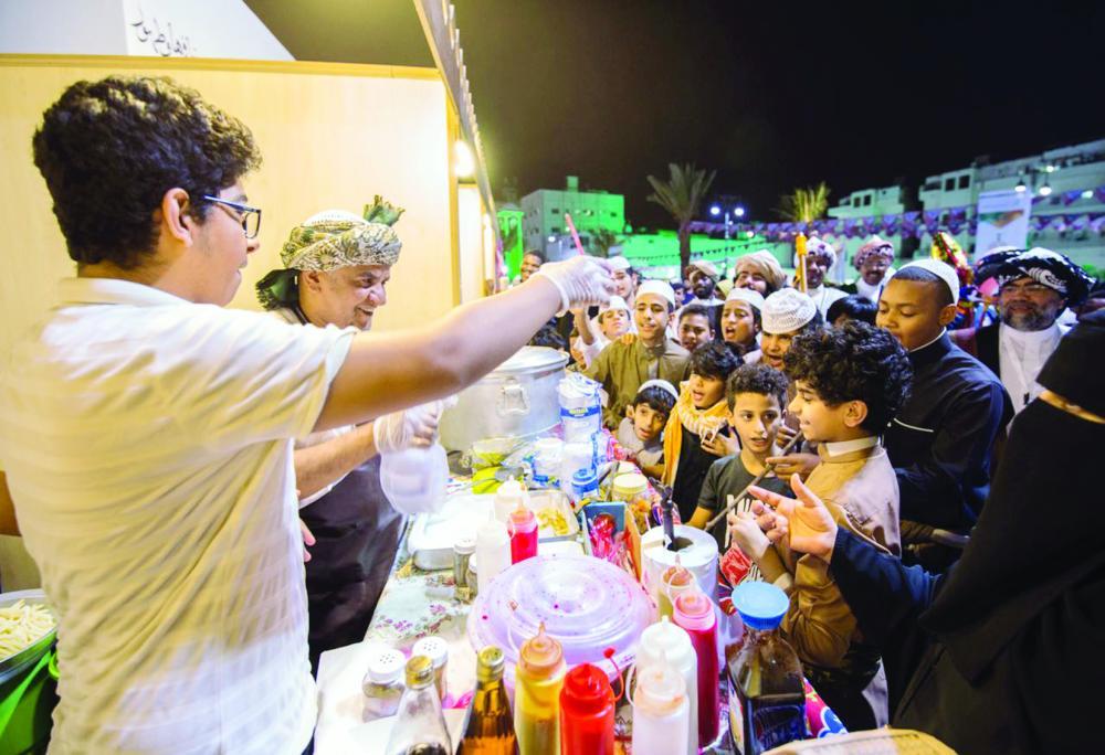 مشاركات طفولية كثيفة في جادة قباء بالمدينة المنورة. (عكاظ)