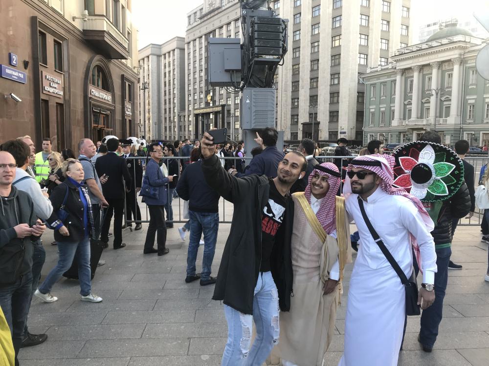 سعودي بالبشت والشماغ يخطف الأنظار في «ساحة موسكو»