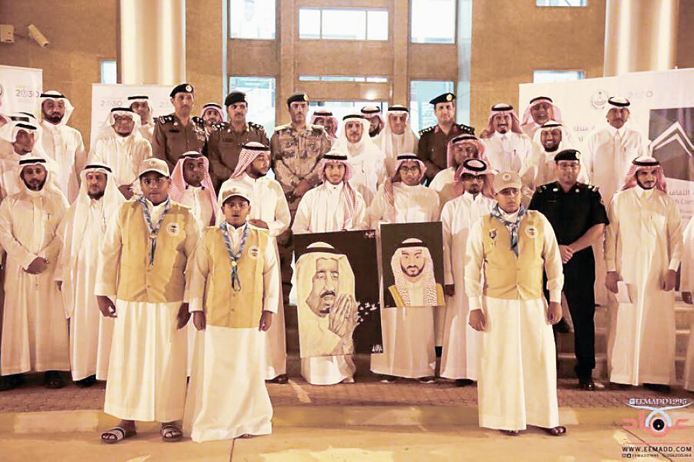 محافظ القنفذة مع المسؤولين والشباب. (تصوير: عماد بالبيد)