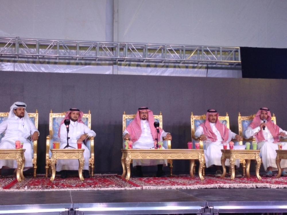 أمين الباحة في مؤتمر صحفي في قرية ديار العز التراثية.