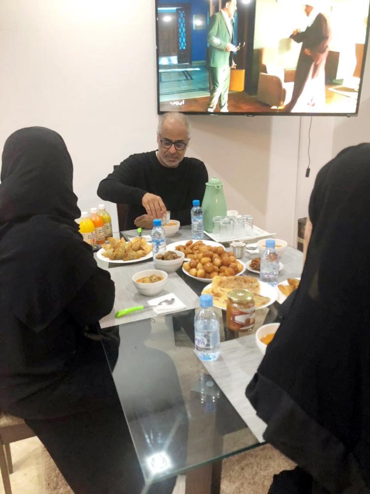 القوسي وسط أسرته في إفطار رمضاني في المغرب حيث عمله.
