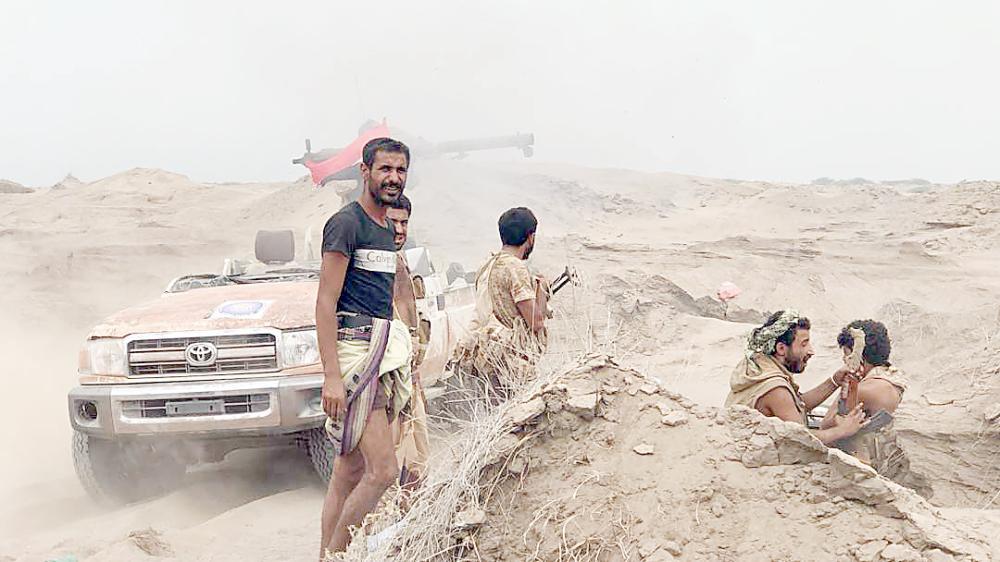 قوات الشرعية أثناء الهجوم على منطقة الفازة في محافظة الحديدة، أمس الأول.  (أ.ف.ب)