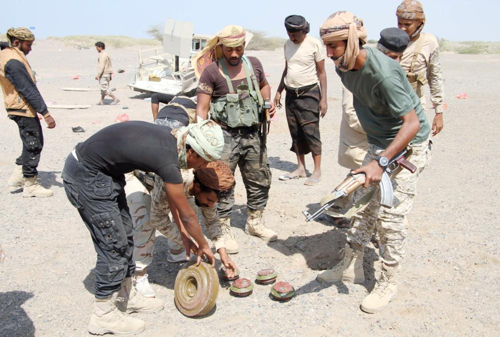 عناصر الجيش اليمني يفككون ألغاما زرعتها الميليشيات في المخا. (أرشيفية AFP)