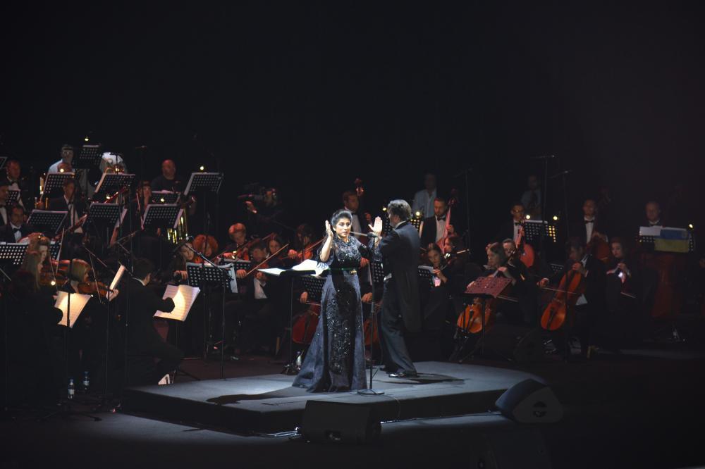 الدكتورة هبة أثناء تفاعلها مع إحدى وصلاتها الغنائية (تصوير: ماجد الدوسري)