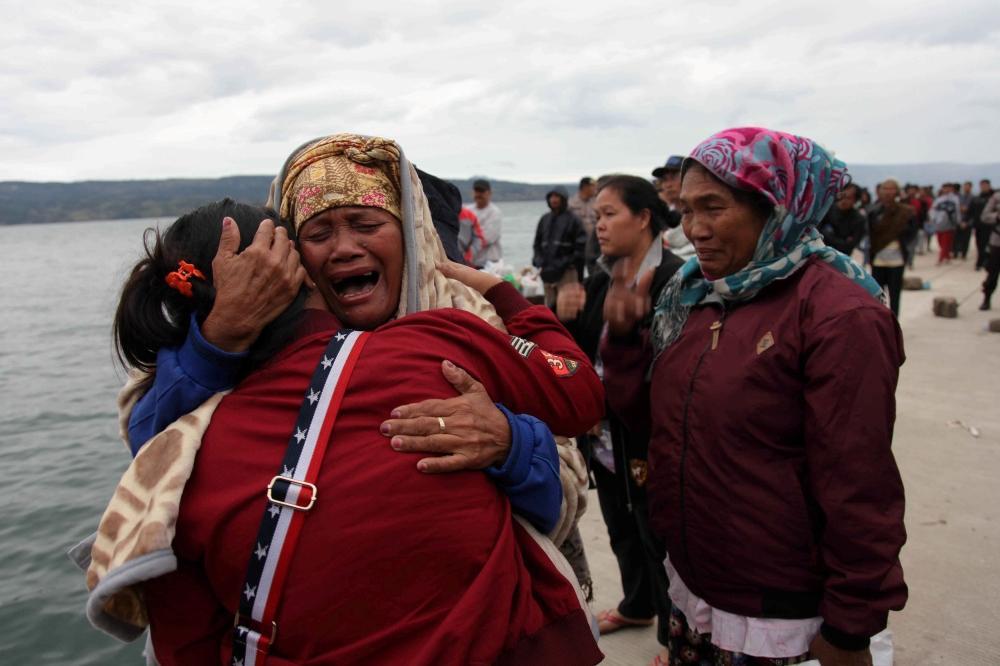 128 مفقوداً بعد غرق عبارة في إندونيسيا