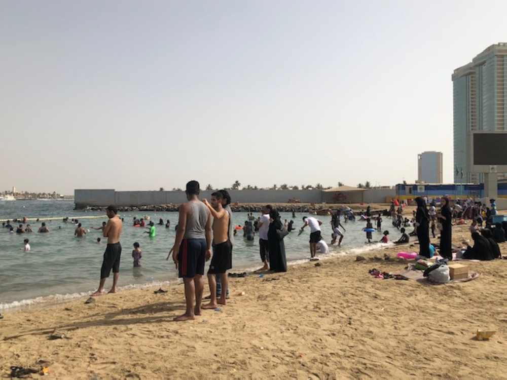 الطقس يدفع أهالي «العروس» إلى «شاطئ الإسكندرية»
