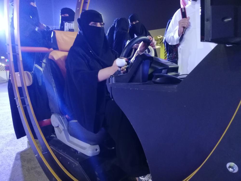 احد السيدات اثناء تجربتها القيادة ببرنامج المحاكاه ـ تصوير ماجد الدوسري
