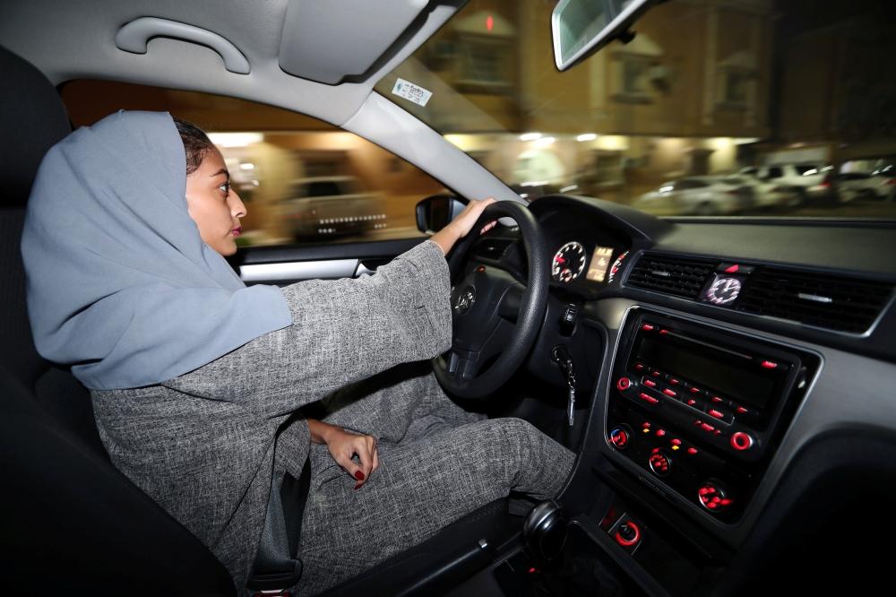 بالصور.. فتاة تنطلق بسيارتها من منزلها بالخبر