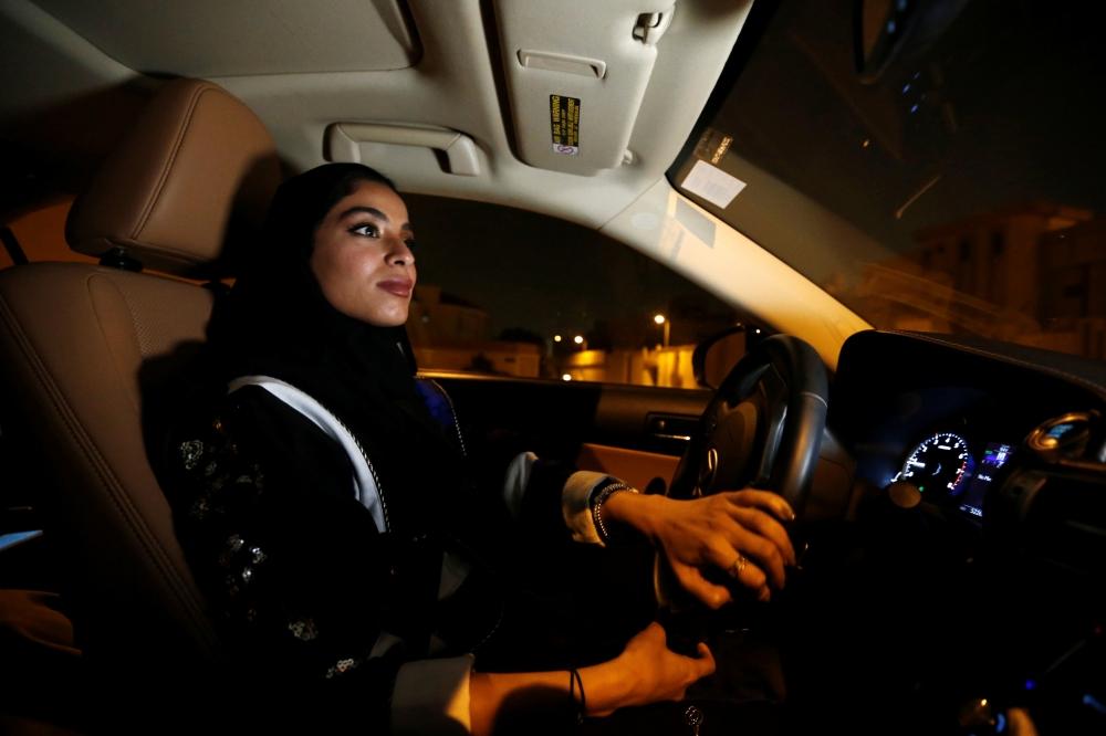 بالصور.. نساء يقدن السيارة بعد لحظات من سريان «القرار»