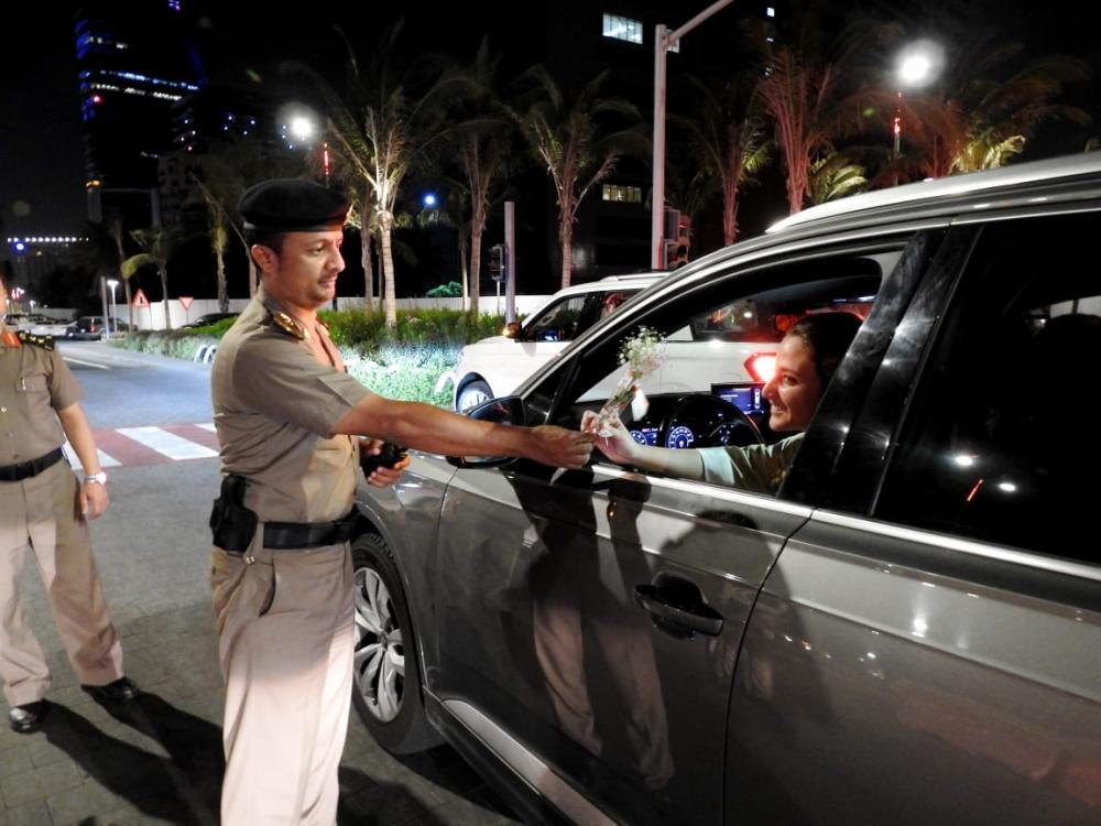 المرور في جدة.. يستقبل قائدات المركبات بالورود