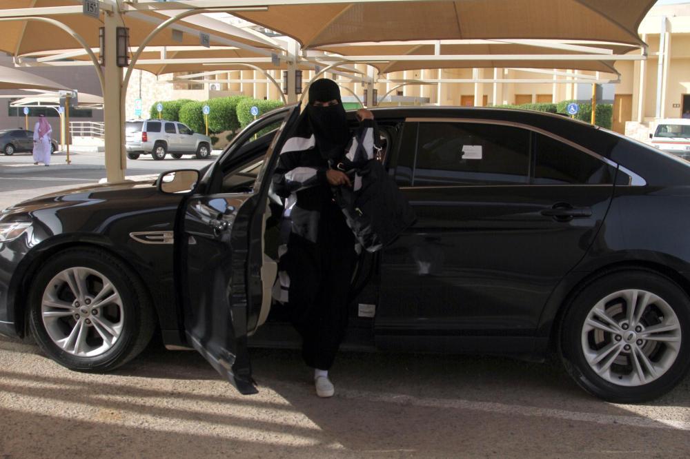 «عكاظ» ترصد أول الواصلات لمقر عملها بسيارتها