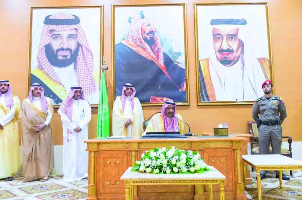 الأمير الدكتور حسام بن سعود مستقبلاً المهنئين.