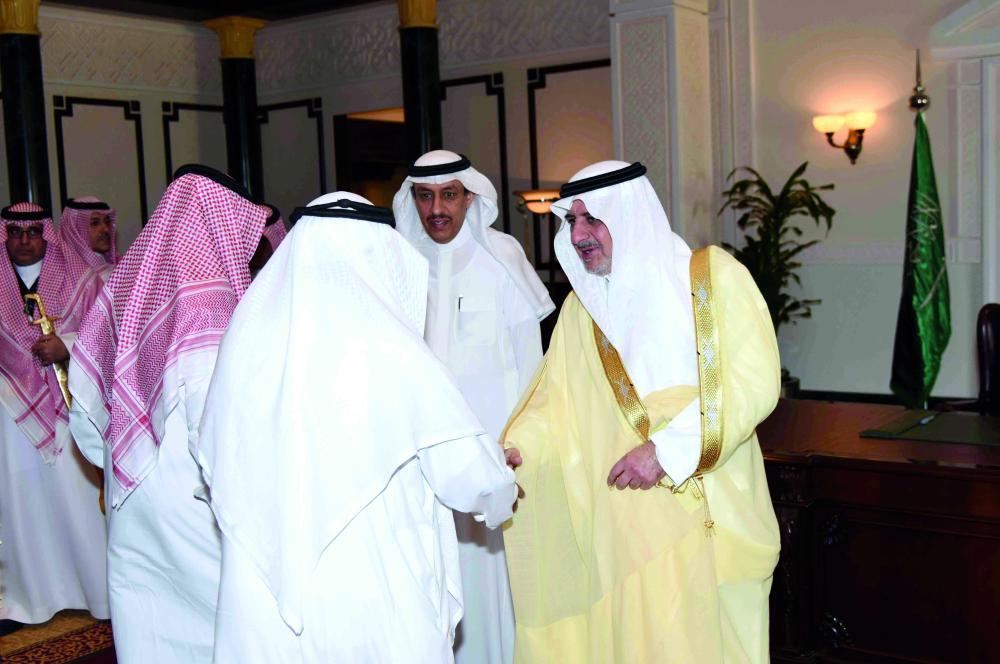الأمير فهد بن سلطان مستقبلاً المهنئيين. (عكاظ)