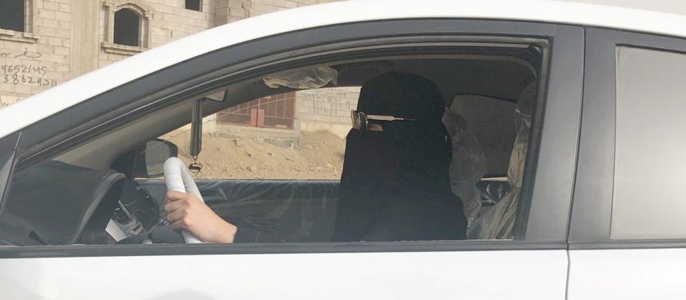 موظفة تقود سيارتها بجازان. (تصوير: عبير عباس)