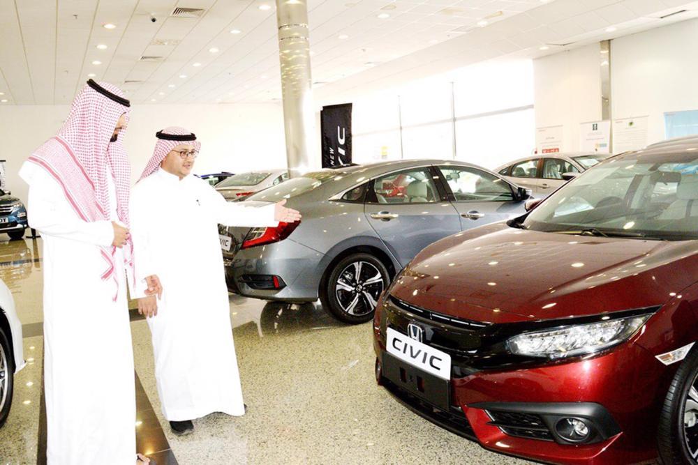 أيمن خضر يشرح لـ«عكاظ» أبرز السيارات التي تطلبها النساء. (تصوير: حسام كريدي)
