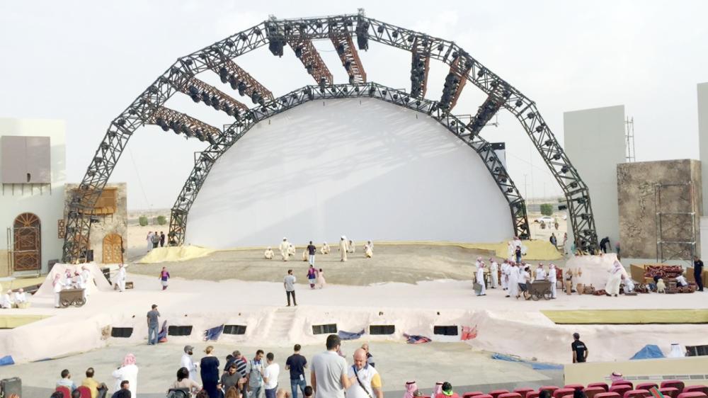 بروفات نهائية وتجهيزات مسرح سوق عكاظ في الطائف.  (عكاظ)