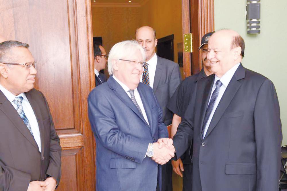 الرئيس اليمني عبد ربه منصور هادي مرحبا بالمبعوث الأممي مارتن غريفيث في عدن أمس. (إعلام الرئاسة)
