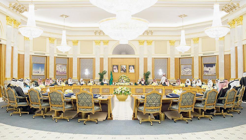 خادم الحرمين الشريفين مترئسا جلسة مجلس الوزراء أمس في جدة. (واس)