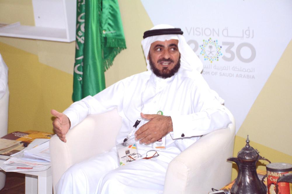 سعيد القحطاني متحدثا للصحفيين في المؤتمر الصحفي مساء أمس الأول (الثلاثاء). (عكاظ)