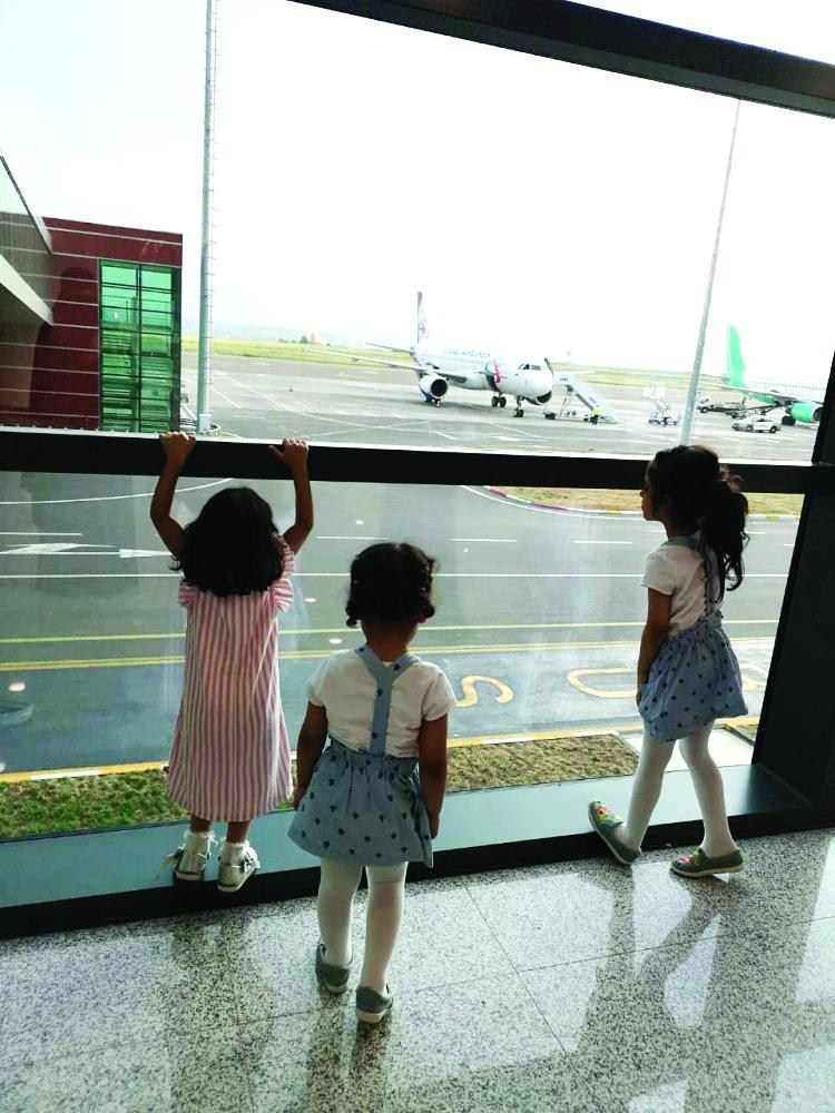 أطفال العائلة السعودية في مطار تبليسي بعد منعهم من الدخول.