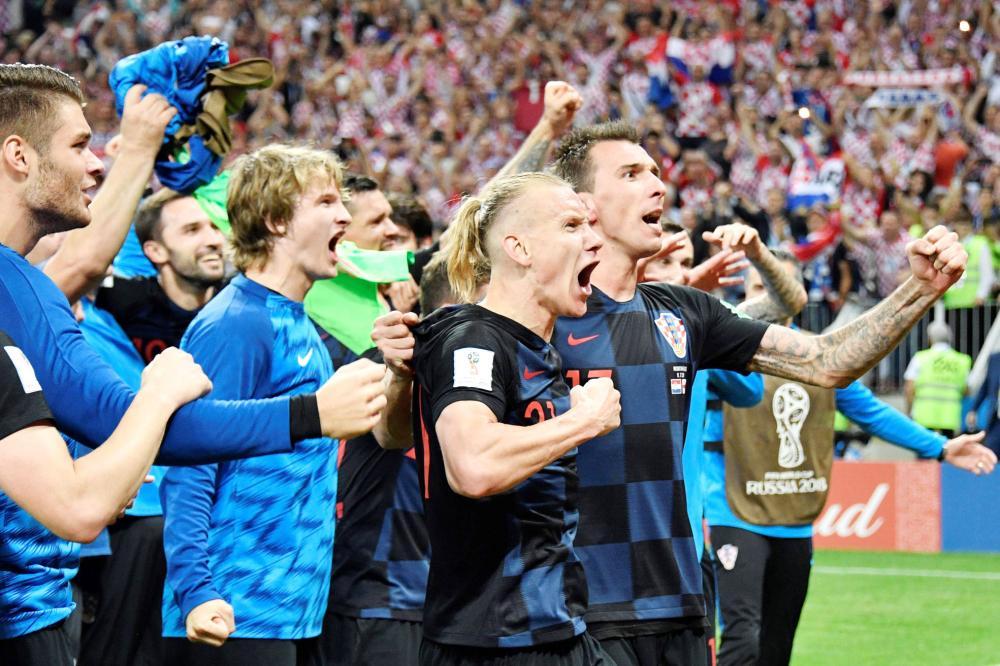 لاعبو كرواتيا يعبرون عن فرحتهم بوصولهم لأول نهائي كأس عالم. (رويترز)