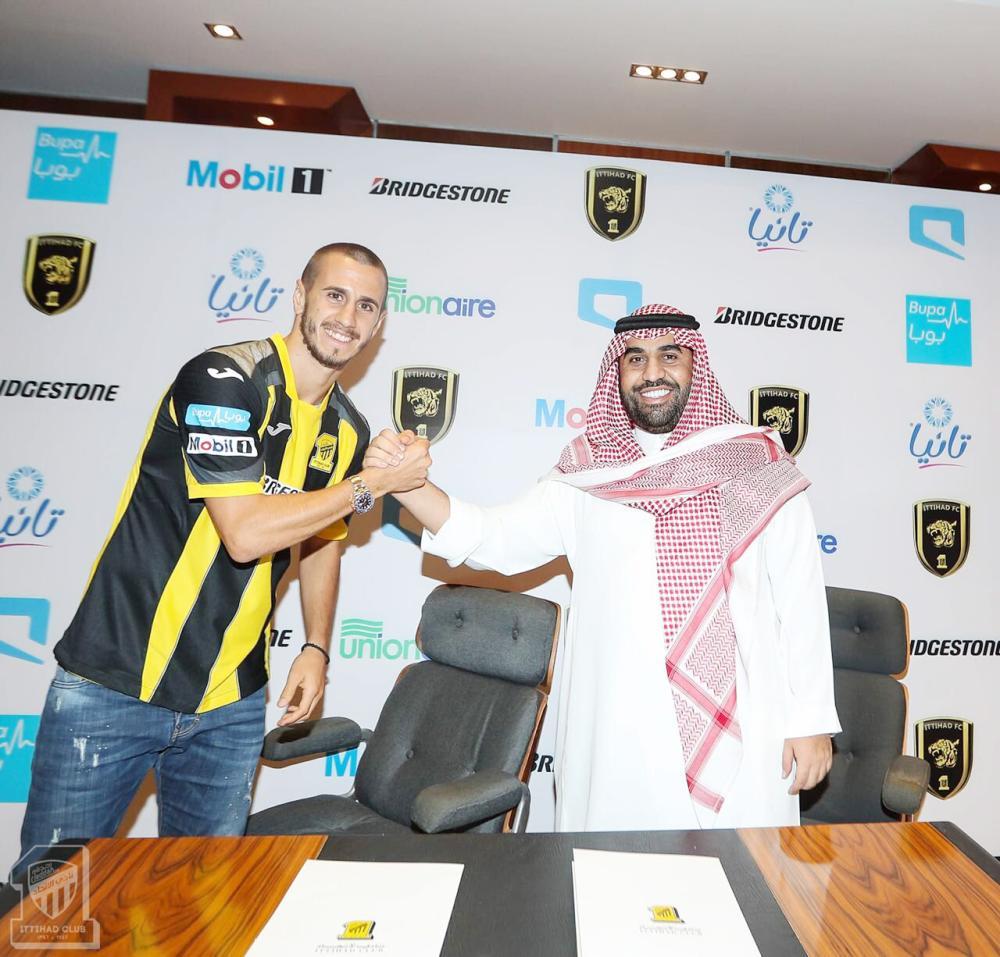 نواف المقيرن مع اللاعب أليكساندر بيسيتش عقب التوقيع.