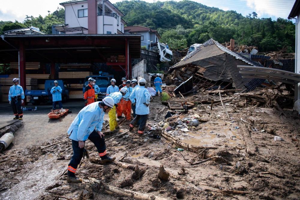 عمال إنقاذ يواصلون البحث عن مفقودين وضحايا.